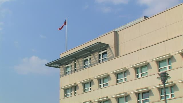 amerikanische flagge auf dem dach - establishing shot stock-videos und b-roll-filmmaterial