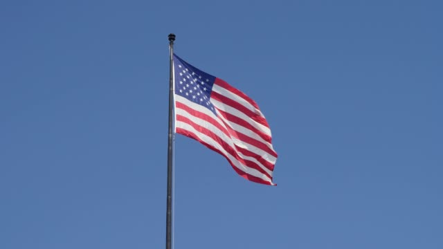 vídeos y material grabado en eventos de stock de bandera americana en blue sky - mástil