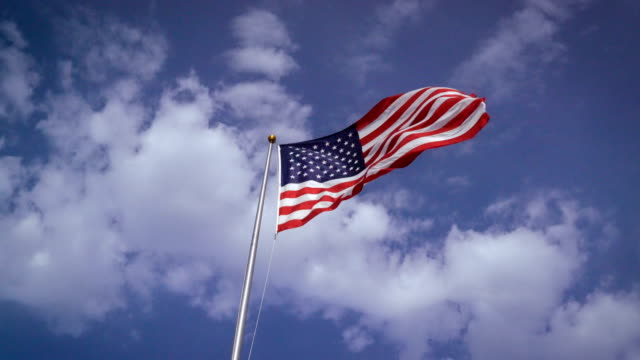 vídeos de stock e filmes b-roll de american flag waving in the wind on nice day - amizade feminina
