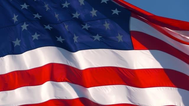 rüzgarda sallanan amerikan bayrağı, yavaş hareket - ön plan net arka plan flu stok videoları ve detay görüntü çekimi
