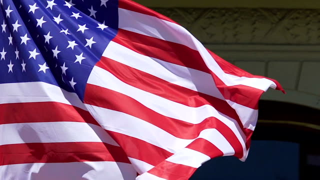 amerykańska flaga macha poza budynkiem ambasady, symbolem narodowym, rządem - państwo lokalizacja geograficzna filmów i materiałów b-roll