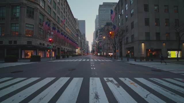 美國國旗在第五大道,紐約市最擁擠的目的地之一,由於covid-19大流行爆發而被遺棄。 - unemployment 個影片檔及 b 捲影像