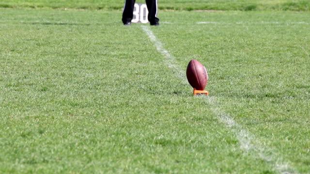 vídeos de stock, filmes e b-roll de lançamento de futebol americano - começo
