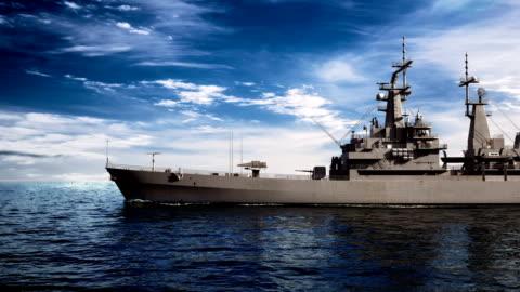 vidéos et rushes de navire de guerre américain moderne sur fond de ciel - navire