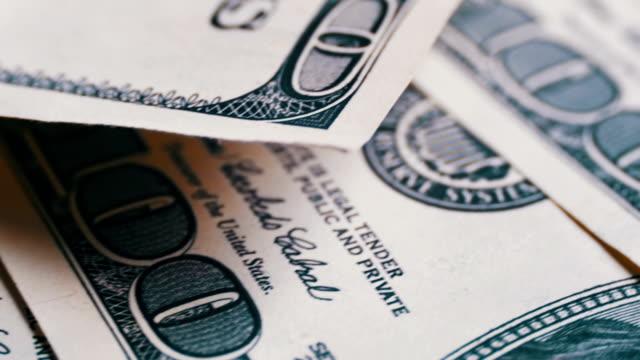amerikanische geld-dollar auf rotierendem oberflächenhintergrund - haufen stock-videos und b-roll-filmmaterial