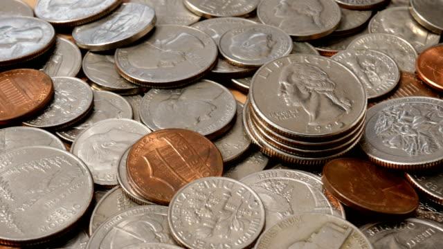 amerikanska pengar. stor hög med mynt av amerikanska cent av olika valörer. - dirty money bildbanksvideor och videomaterial från bakom kulisserna