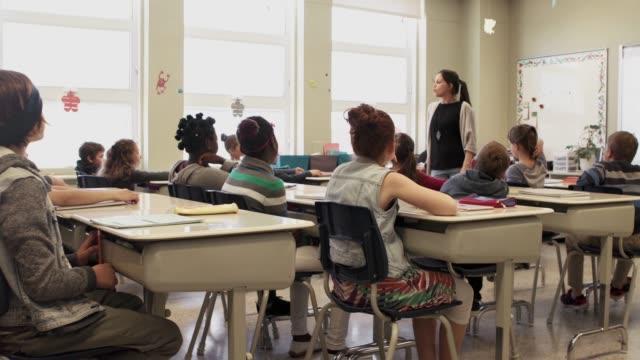 vídeos de stock e filmes b-roll de american school education activities children classes presentation - braços no ar