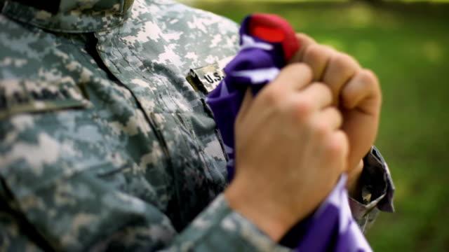 vídeos y material grabado en eventos de stock de soldado americano con una bandera nacional en las manos, orgullosos del país, día de la independencia - memorial day