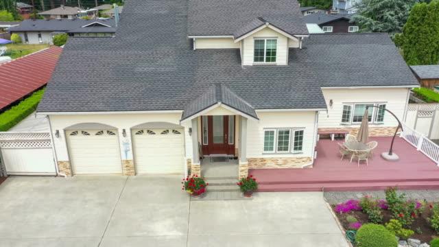 vídeos de stock e filmes b-roll de american suburban home departure aerial view - house