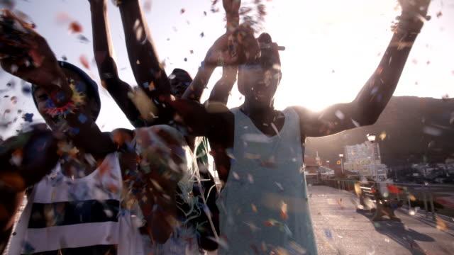 vídeos de stock, filmes e b-roll de american adolescentes comemorar com coloridos confetes em câmera lenta - afro americano