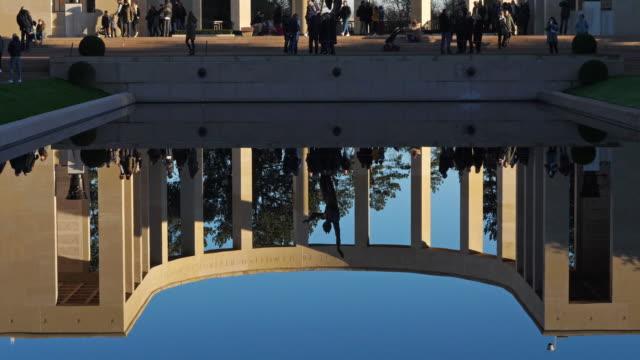 amerikansk krigskyrkogård, colleville sur mer, channel, frankrike - ljus på grav bildbanksvideor och videomaterial från bakom kulisserna