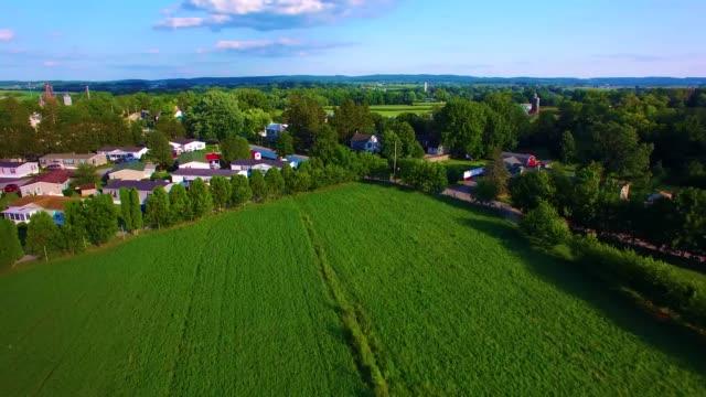 amish landschaft und amische bauernhöfe von drohne - pennsylvania stock-videos und b-roll-filmmaterial
