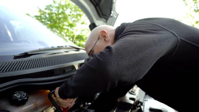 ammateur mekaniker försöker reparera motor bil uppdelning - used car broken bildbanksvideor och videomaterial från bakom kulisserna