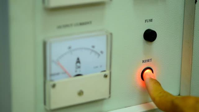 vidéos et rushes de amp mesure voltage - rafraîchissement
