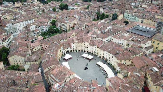 圓形劇場廣場。盧卡鳥瞰風景。義大利。 - 廣場 個影片檔及 b 捲影像