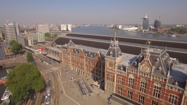 amsterdam aerial sightseeing. flyger nära centralstationen. 4k - drone amsterdam bildbanksvideor och videomaterial från bakom kulisserna