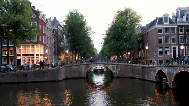 amsterdam canal 4k video prinsengracht - amsterdam video stock e b–roll