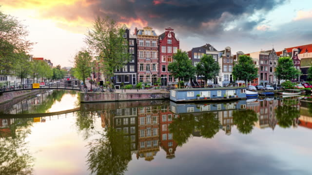 amsterdam canal houses at sunset reflections time lapse, netherlands - amsterdam video stock e b–roll