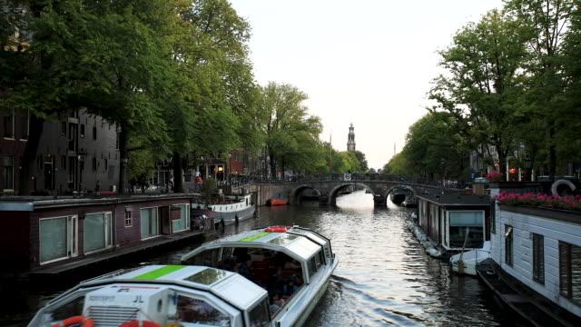 amsterdam canal tidsfördröjning - turistbåt bildbanksvideor och videomaterial från bakom kulisserna