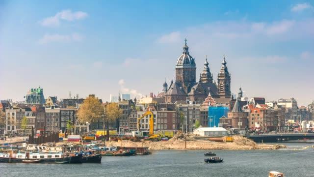 vidéos et rushes de amsterdam city skyline timelapse avec basilique de saint nicolas, amsterdam, pays-bas 4k time lapse - saint nicolas