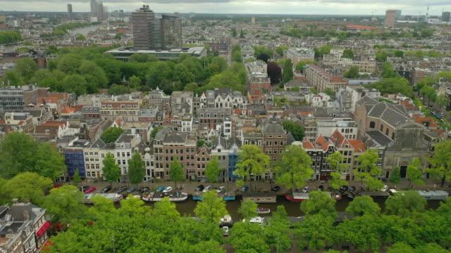 amsterdam molnigt dag stadsbilden kanaler antenn panorama 4k nederländerna - drone amsterdam bildbanksvideor och videomaterial från bakom kulisserna