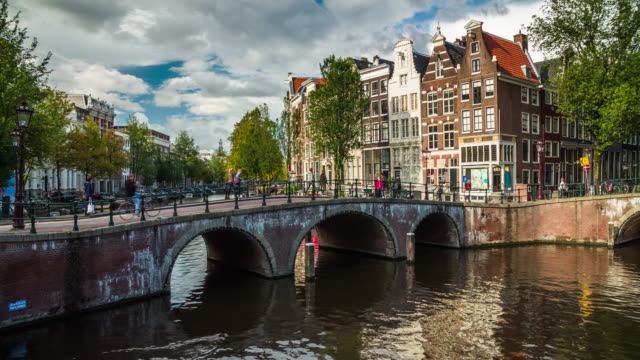amsterdam netherlands in europe - 4k cityscapes, landscapes & establishers - canale video stock e b–roll