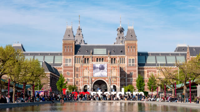 amsterdam netherlands time lapse 4k, timelapse at rijksmuseum (dutch national museum) and i amsterdam sign - amsterdam video stock e b–roll