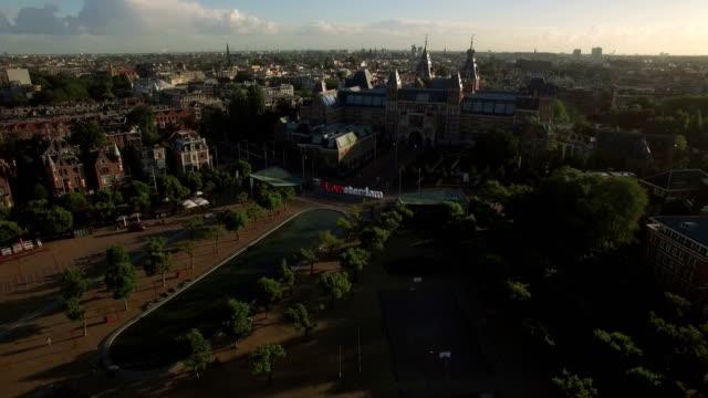 amsterdam rijksmuseum och art square, antenn - drone amsterdam bildbanksvideor och videomaterial från bakom kulisserna