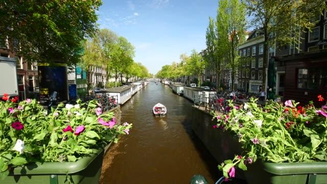 vídeos y material grabado en eventos de stock de amsterdam canal y flores - estrecho