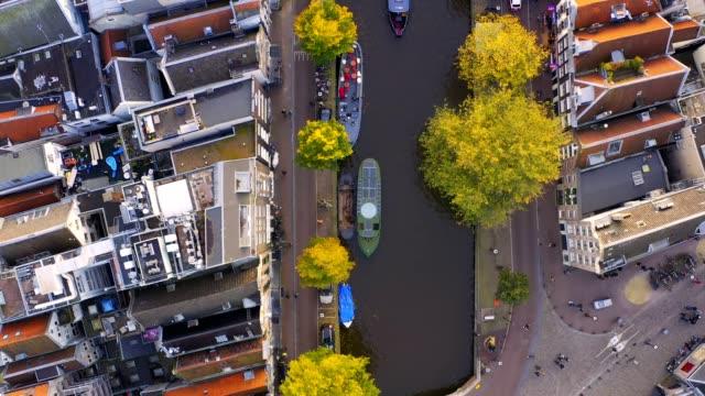 amsterdam/nederländerna-31 oktober 2019: uhd 4k drone arrial utsikt över prinsengracht kanalen den berömda platsen med gammal tradition hus och kyrka i amsterdam, nederländerna - drone amsterdam bildbanksvideor och videomaterial från bakom kulisserna