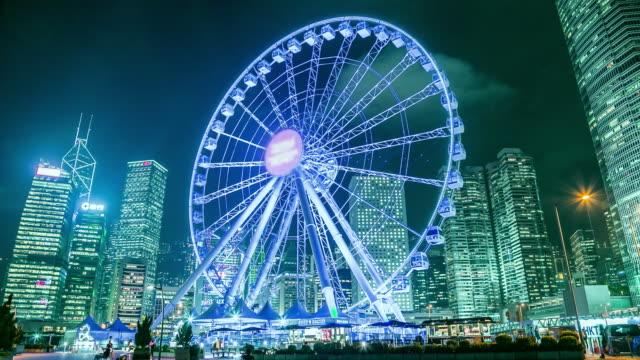 unterhaltung fun-park in der stadt in der nacht mit riesenrad - wahrzeichen stock-videos und b-roll-filmmaterial