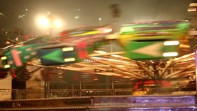 遊樂園吸引力摩天輪旋轉木馬秋千。帶照明燈光的夜晚 - 休閒器具 個影片檔及 b 捲影像