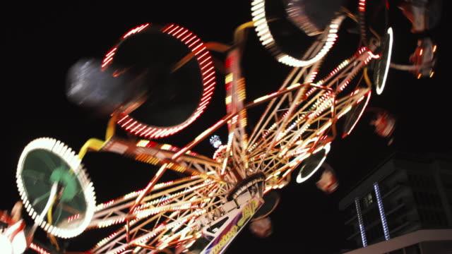 カラフルなライトの夜-楽しい活動ビデオ背景ショットと一緒に乗る遊園バレリーナ ビデオ