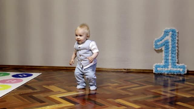 Ein aktiver kleiner Junge tanzt zu Hause an seinem Geburtstag. – Video