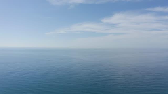 晴れと曇りの空を持つ永遠の青い海や海の空中4kビデオビュー。 - 水平線点の映像素材/bロール