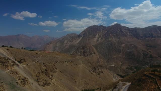 kısmen bulutlu gün altında dağlar ve vadi büyük görünümü bir havadan çekim 2 - mountain top stok videoları ve detay görüntü çekimi