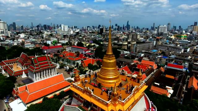 バンコク - 黄金山の寺院のワット ・ サケットのドローンから撮 ビデオ