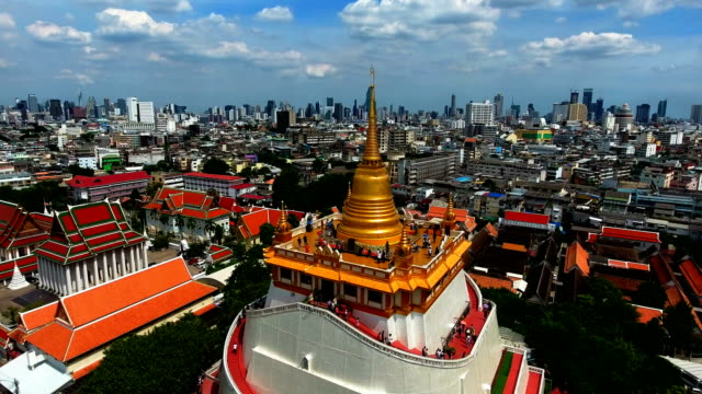 an aerial view from a drone of wat saket in bangkok - temple of the golden mountain - cultura tailandese video stock e b–roll