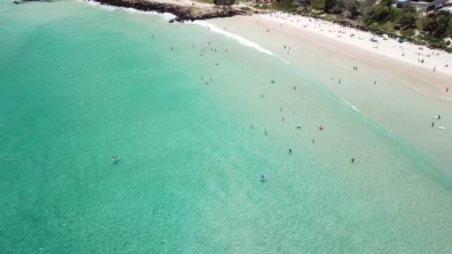 eine luftaufnahme des strandes in byron bay - bucht stock-videos und b-roll-filmmaterial