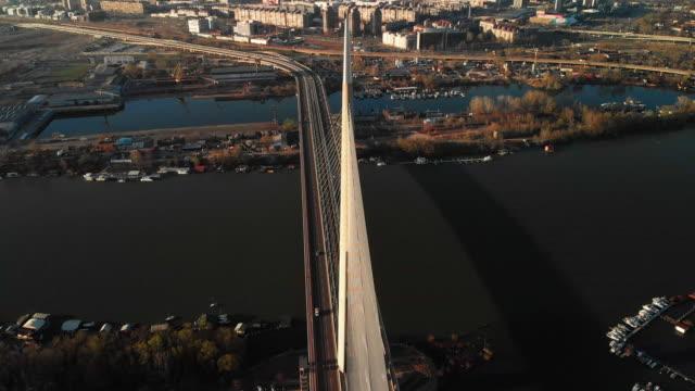 vídeos de stock, filmes e b-roll de uma vista aérea da ponte famosa de ada em belgrado, serbia no inverno - sérvia