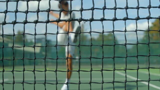 Ein wütender Tennisspieler wirft seinen Schläger und tritt frustriert in die Luft. – Video