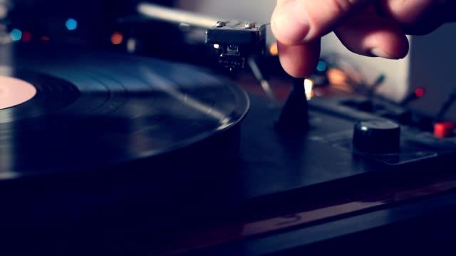 un giradischi antiquario con l'ago che suona album discografico su un giradischi vintage, giradischi in vinile, messa a fuoco selettiva - disco audio analogico video stock e b–roll