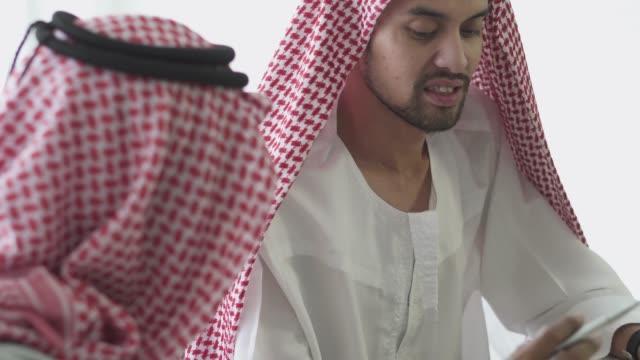 an arabian businessmen talking to each other - cultura del medio oriente video stock e b–roll