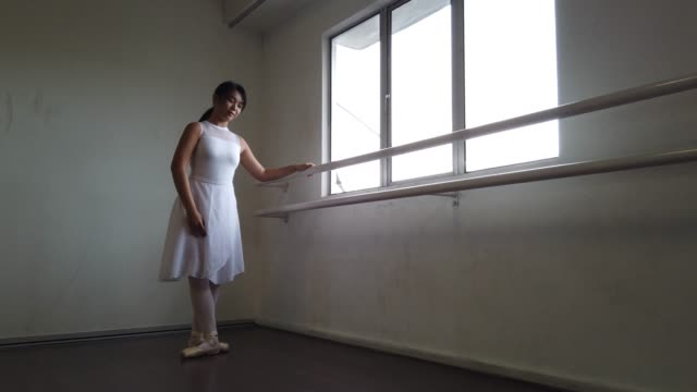 eine asiatische chinesische balletttänzerin, die im tanzstudio übte und auf den boden fiel - ballettschuh stock-videos und b-roll-filmmaterial