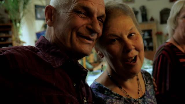 vídeos y material grabado en eventos de stock de un atractivo calvo mayor besa a otro anciano en la mejilla en una fiesta - pascua judía