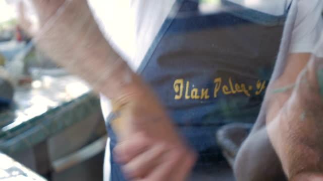 vídeos y material grabado en eventos de stock de un anciano atractivo agita un tazón de mezcla de bolas matzo visto a través de una ventana - pascua judía