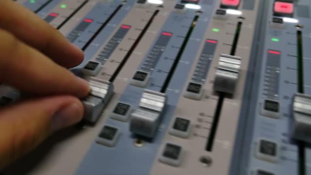expert ljud flytta rattarna en ljudmixer - intoning bildbanksvideor och videomaterial från bakom kulisserna