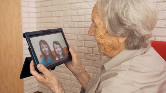 an elderly woman with a tablet. - babka dziadek i babcia filmów i materiałów b-roll