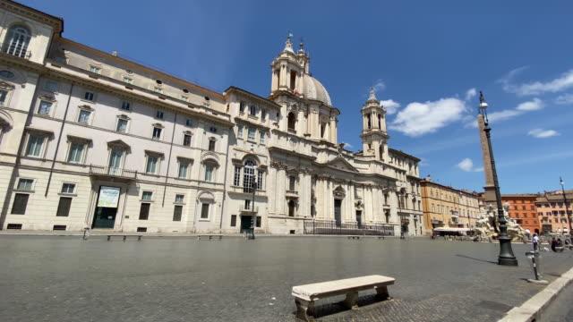 karantina sırasında roma'da boş bir piazza navona - obelisk stok videoları ve detay görüntü çekimi