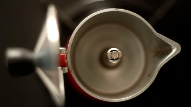 dolly an emtpy italian coffe maker moka pot on a stove - argento metallo caffettiera video stock e b–roll